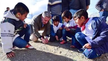 El gobernador jugando a las bolitas con los chicos en Cushamen.