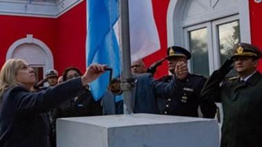 El acto  se desarrolló frente al Palacio Municipal de la ciudad Capital , con la presencia de escuelas, autoridades provinciales y municipales.