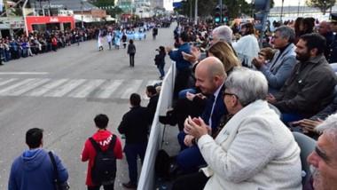 El desfile tradicional por las calles de Madryn para recordar un nuevo aniversario del 25 de mayo.