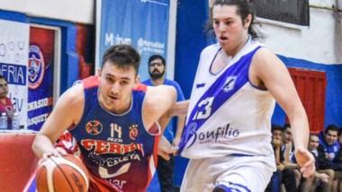 """Lucas Marani con el balón en la ofensiva de Ferro. La """"Maquinita"""" sumó su séptimo triunfo en el torneo."""