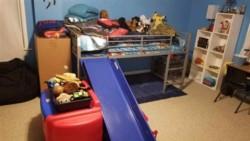 El intruso hizo todas las camas y hasta apiló los animales de peluche de su hijo.