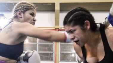 """La """"Leona"""" Liz Crespo fue más que Elizabeth Britos, en el combate de anteanoche que se realizó en Madryn."""