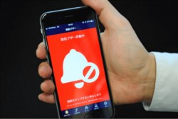 La APP pone en marcha un mensaje vocal a todo volumen o aparece en la pantalla un mensaje SOS alertando a los pasajeros.
