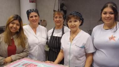Jazmín, María y sus compañeras en el corazón del Comdeor Luis Yllana, la cocina.