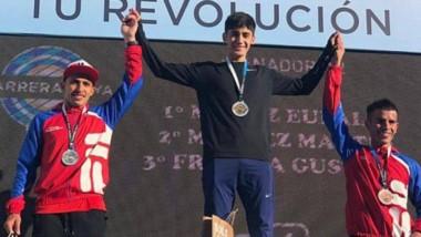 Eulalio Muñoz en el primer escalón del podio. El esquelense completó los 10 kilómetros en 30:03 minutos.