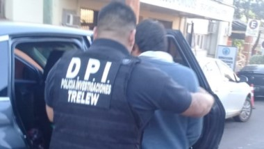 Momentos en que  era ingresado a una dependencia policial de Trelew por la Brigada de Investigaciones.