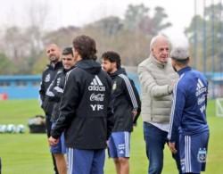 Menotti le dio la bienvenida a Sergio Agüero en el primer día de entrenamiento.