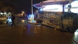 Un transporte de personal petrolero volcó tras ser chocado (foto @cronicacrd)