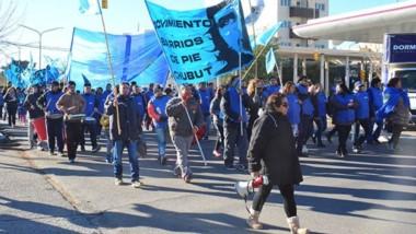 Queja. La movilización por las calles de Trelew para expresar el rechazo a las políticas económicas llevadas adelante por Cambiemos.