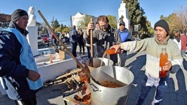 El dirigente y líder de la ATECh, Santiago Goodman, ayer participando de la olla popular frente a Casa de Gobierno durante una nueva jornada de protesta contra el Gobierno nacional.