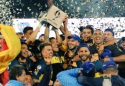 Pipa le dio la cinta de capitán a Carlitos antes de ir a recibir el trofeo por ganar la Supercopa Argentina en Mendoza.