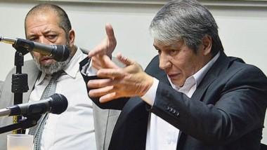 Disparo. Junto con su defensor, Oscar Romero dio su versión de cómo disparó el arma hacia abajo para repeler el presunto ataque del tapicero.