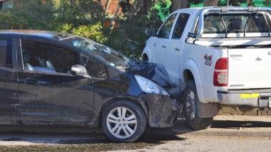 Una camioneta Toyota Hilux y un Honda FIT chocaron ayer en Esquel.
