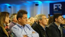 Sergio Tomás, junto a su esposa Malena Galmarini, el dirigente cegetista Carlos Acuña y el diputado Diego Bossio, escuchando a un congresal, antes de hacer su discurso.