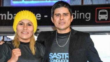 Valija en mano. Liz Crespo y Beto Quinteros, su pareja y entrenador, en la terminal esperando el micro.