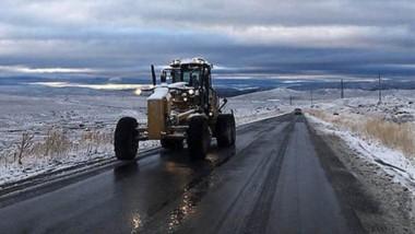 Paisaje invernal. La Ruta 40, tramo Esquel-Leleque, con nieve y calzada húmeda para esta época del año.