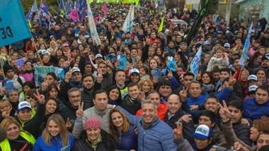 Multitud. En un marco imponente, el intendente Maderna y el gobernador Arcioni salieron a caminar las calles de la ciudad junto a la militancia.
