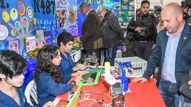 El gobernador Arcioni y el intendente Sastre inauguraron la 4ª edición de la Feria del Libro en el SUM de la Escuela Nº 84.