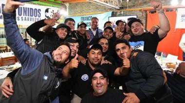 Selfie. Una postal de la visita del gobernador al gremio de los trabajadores portuarios en Madryn.