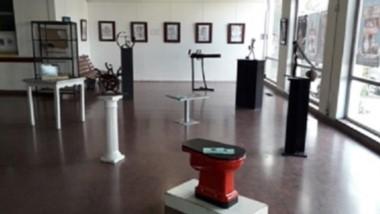 Fuentealba crea su arte con objetos, realizados en su totalidad con materiales desechables y en desuso.