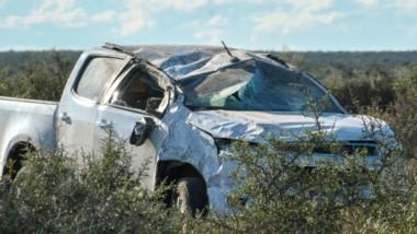 La camioneta del efectivo policial sufrió importantes daños materiales a causa de los tumbos que dio.