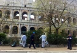 Custodiados por policías, los presos italianos se encargan de limpiar las calles de Roma.