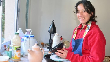 Yanina Paladino exhibe los productos que realiza con sus propias manos. Los vende en distintos puntos.
