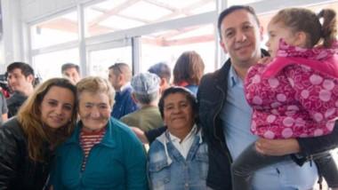 En familia. Maderna y su esposa, Lorena Alcalá, posaron junto con los abuelos que dieron su respaldo.