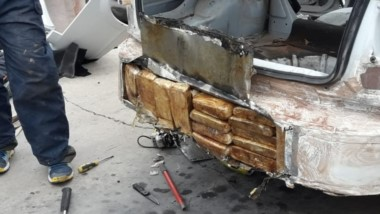 Paragolpes verde. Parte de los ladrillos que descubrió la Policía acoplados a la carrocería del coche que viajaba desde el país extranjero.