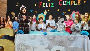 Durante el acto,  los alumnos leyeron palabras alusivas y poesías. Luego  llegó el esperado corte de torta.