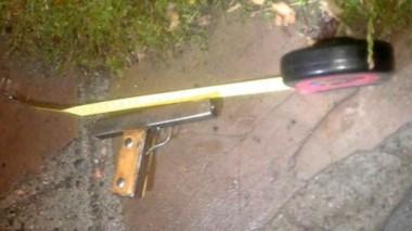Evidencia. La pistola de fabricación casera con la que asustaron a la joven con posibles fines de robo.