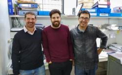 Martín Espariz (izq.), Mariano Torres Manno y Christian Magni, investigadores del Instituto de Biología Molecular y Celular de Rosario (IBR-CONICET), y de la Universidad Nacional de Rosario. (foto CYT