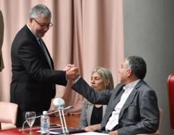 Apretón de manos. Meza Evans (FpV) saluda a Pagliaroni (Cambiemos). Papaiani (Frente de Agrupaciones), desilusionada. (Foto: Daniel Feldman))
