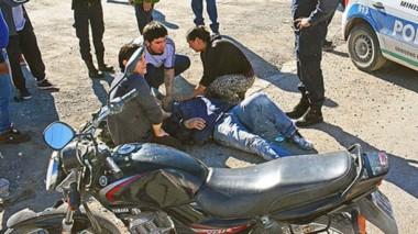 Caído. Así encontró la ambulancia al herido, en pleno barrio Perón, al norte del radio céntrico local.