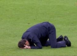 Pochettino no lo puede creer. El técnino argentino llora sobre el césped del Amsterdam Arena.