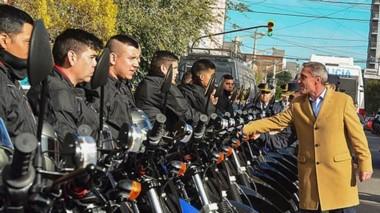 Saludos. El gobernador durante el acto de ayer en Trelew, cuando se realizó la entrega del nuevo parque automotor a la fuerza policial.