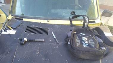 Un Fíat 128 fue requisado. Era usado por los ladrones. En su interior encontraron cuchillos y una tumbera.