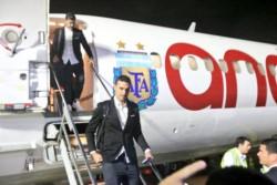 Scaloni desciende del avión chárter que trasladó al combinado nacional a Brasil.
