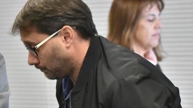 Preocupado. Cristian Orsi durante la audiencia en Rawson mientras detrás suyo se retira la jueza Moreno.