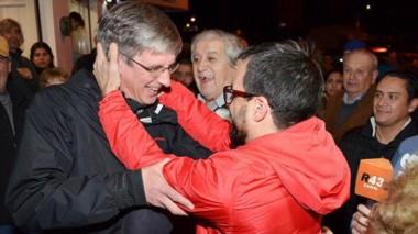 Sonrisas. La algarabía del domingo a la noche del intendente de Cambiemos tras confirmar su reelección.