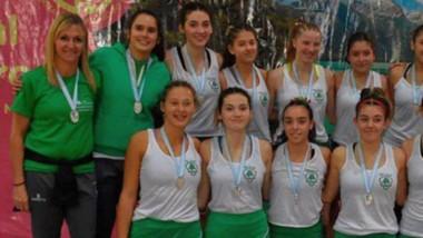 Las chicas con sus medallas. El Campeonato Argentino de Club de hockey pista fue un éxito en Esquel.