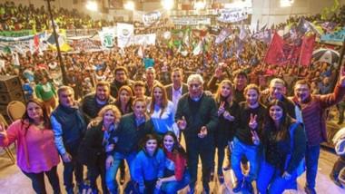 Multitud. El intendente Maderna hizo una acto ante la militancia en el Club Independiente de Trelew.