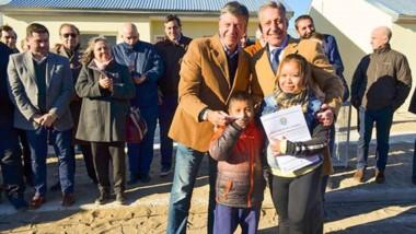 Un día después de las elecciones, Arcioni y Menna se saludaron y participaron en conjunto de la entrega de viviendas en Comodoro.