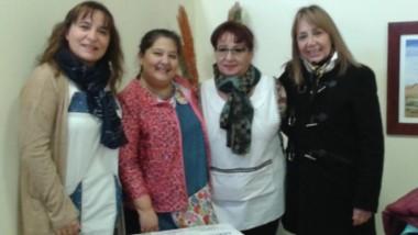 Carla Iorio, Alcira Martínez, Ana Gatica y Patricia Anotonio durante la entrega de la máquina de coser.