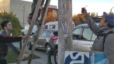 Trabajo. De a poco los postes van quedando limpios en la ciudad.