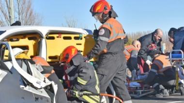 Los Bomberos Voluntarios trabajando en el Fiat Mobi, mientras que es asistido uno de los conductores.