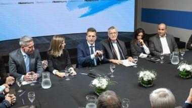 Juntos. Arcioni, sentado muy cerca de Massa durante la discusión con la cúpula del PJ en Capital Federal.