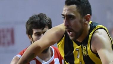 Rodrigo García intenta superar a Wagner . El jugador de Madryn marcó 14 puntos en la caída de su equipo.