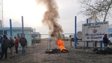 Fuego. La protesta de los empleados municipales no cesó hasta que apareció del muy demorado depósito.