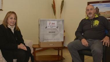La representante de la Fundación IARA Patricia Antonio junto a Darío Funes, director de la Escuela Nª 721.